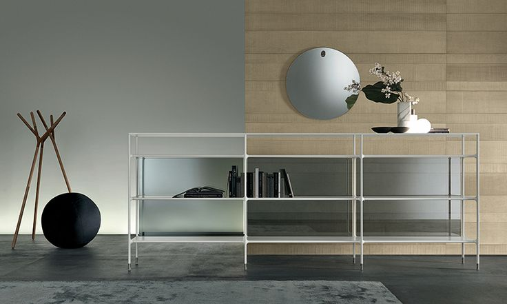 composition Wind in mat bianco latte lacquered aluminium, back panels in refl ective grey glass.