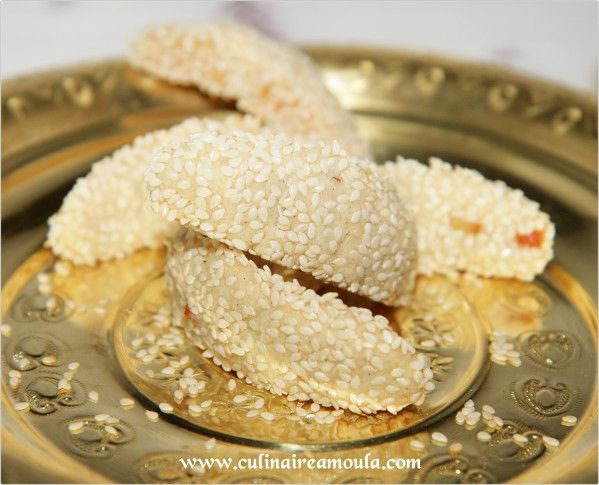 cornes de gazelles sont au sésame et aux écorces d'oranges confites... * Ingrédients: - 500g de poudre d'amande - 250g de sure glace - 1 càs de beurre - Une pincée de gomme arabique - 1/2 càc de cannelle...
