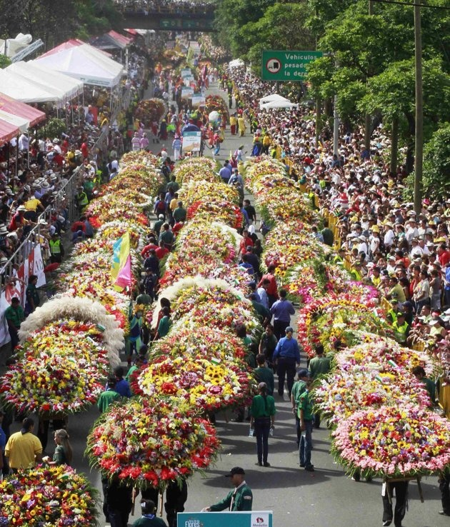 Dozens of flower growers, known as Silleteros, carry decorative garlands of flowers during the parade in Medellin August 7, 2012. REUTERS/Albeiro Lopera (COLOMBIA -