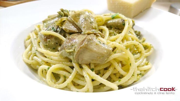 Spaghetti con alcachofas y pesto de espinacas y nueces