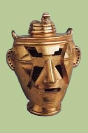 RECIPIENTE ANTROPOMORFO DE ORO con tapadera en forma de serpiente cuya cabeza, rematada por un cabujón, debió tener una esmeralda. Los huecos del rostro del cacique contuvieron incrustaciones, probablemente de piedras semipreciosas o conchas, que simulaban pintura facial. COLOMBIA, TESORO DE LOS QUIMBAYAS (200-1000 d.C.)