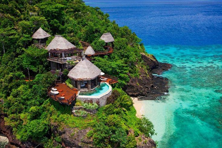 Magnifiques bungalows pour des vacances exotiques dans les îles Fidji, vue panoramique terrasse & bungalows - Laucana Island - Suva, îles Fidji #construiretendance