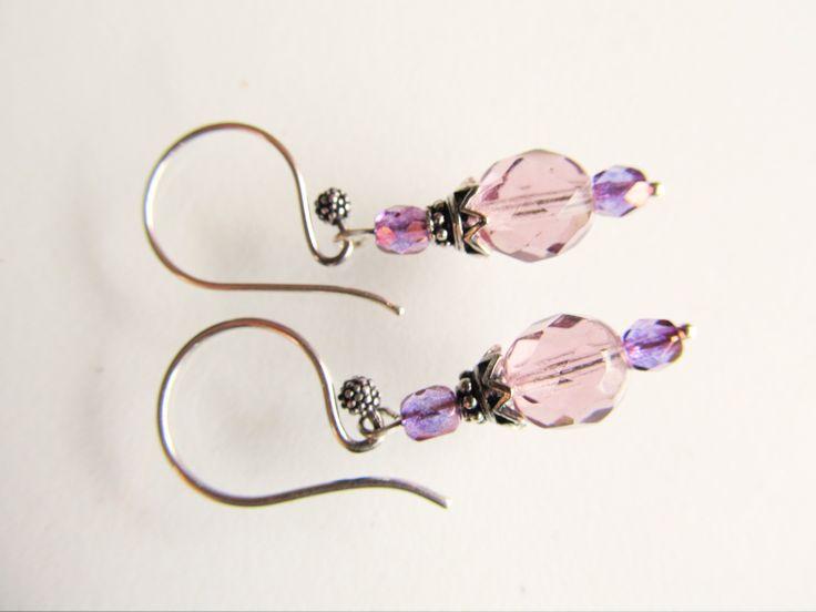 Oorbellen Purple Glass Tsjechische glaskralen facet licht en donkerpaars. met leuke oorhaken met stippenbol. geheel zilver. www.doloressieraden.nl