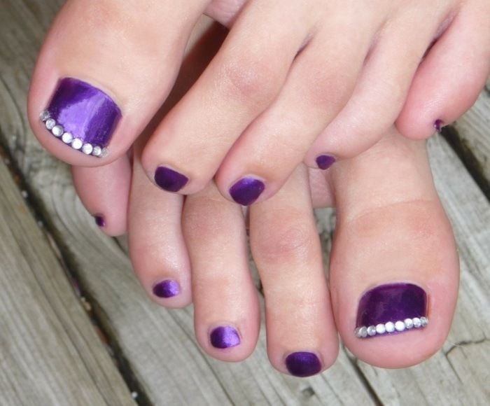 nail art pieds: vernis violet et strass