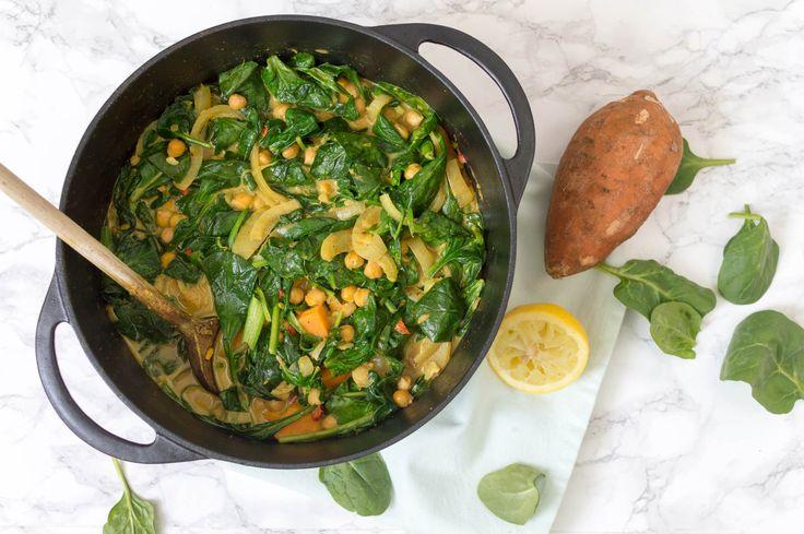Recept voor een heerlijke gezonde vegetarische (en vegan) curry met zoete aardappel, spinazie en kikkererwten. Makkelijk en ontzettend smaakvol!