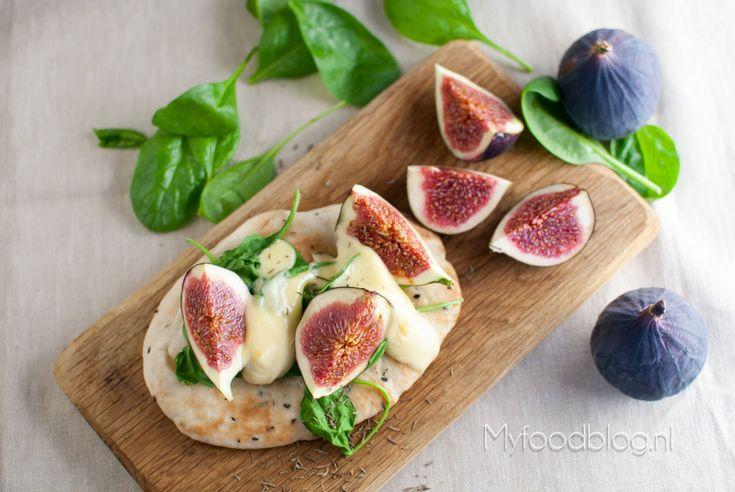 Flatbread pizza with figs and taleggio cheese/ Naan pizza met vijgen ...