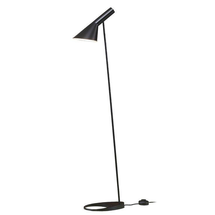 Einzelabbildung der Arne Jacobsen Stehleuchte in schwarz von Louis Poulsen. Die Stehleuchte hat eine Höhe von 130 cm und einen flexibel schwenkbaren Leuchtenschirm.