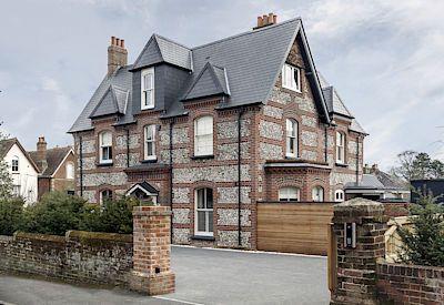 Dům má nádherné zdivo z cihel a pazourku.