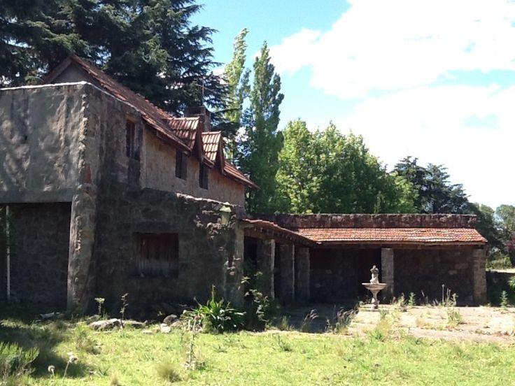 VIVIENDA: CASCO ESTANCIA OPERACION: VENTA UBICACION: Villa Berna SUP. CUB. PROP: 250m2 SUP. LOTE: 80000m2 ANTIGÜEDAD: 1990 www.fortunainmobiliaria.com VIV0021 Excelente fracción de 8 hectáreas ubicada en el Camino Vecinal en Villa Berna. Consta de una vivienda principal, un departamento para caseros de 80 m2, una piscina de 60 m2. Cuenta con maravillosa forestación, arboles frutales, corral de piedra, servicio de luz por tendido subterráneo y agua de pozo.  SU CONSULTA NOS INTERESA