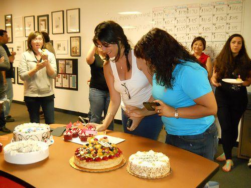 Geç Kalmış Doğum Günü Kutlaması:  Zaman zaman herkesin yaşadığı gibi pek de iyi sayılmayacak bir hafta geçiriyordum. Pazartesi günü benim doğum günümdü. İş yerinde herkesin doğum günü kutlaması yapılmasına rağmen benimki bir şekilde a ...  #surpriz #surprizolur #is #pasta #arkadas #ofis