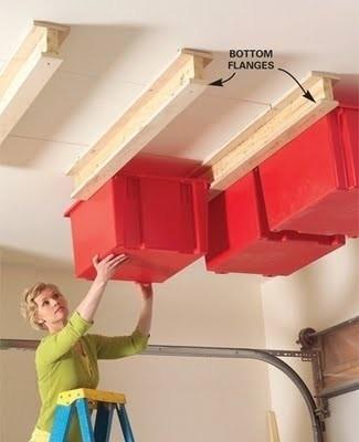 On optimise l'espace en utilisant des bacs en plastique que l'on fait coulisser sur des rails en bois fixés au plafond du garage. De quoi ranger tout le matériel de sport, jeux de plage, piscine gonflable…