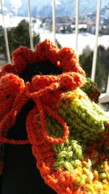 Col noué orange et vert en laine mèche