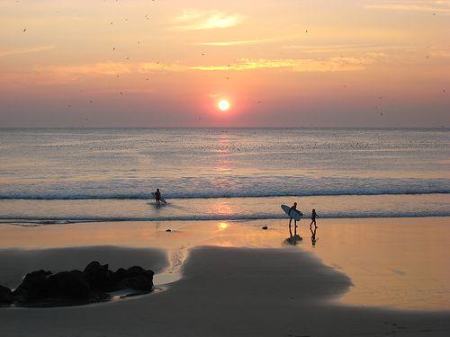 """Genug von der Stadt? Nimm den 500er Bus vom Bahnhof Sao Bento und steige am """"Praia de Matosinhos"""" aus. Zwar handelt es sich hierbei um einen Stadtstrand, dennoch ist es ein großartiger Ort um mal abzuschalten und die Sonne zu genießen. Oder sogar einen der günstigen Surfkurse in Anspruch nehmen?!"""