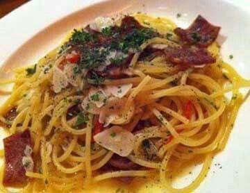 Spaghetti Aglio Olio Smoked Beef  Bahan: 125 g spaghetti kering 1 liter air 2 sdm minyak zaitun 4 siung bawang putih, iris tipis 1 buah cabai merah, buang bijinya, iris tipis 2 lembar daging asap, potong kecil ½ sdt oregano kering ½ sdt merica hitam, memarkan agak halus 1 sdt garam Taburan: 1 sdm keju parmesan bubuk/parut 1 sdt peterseli kering  Cara membuat:  Rebus spaghetti dalam air hingga lunak. Angkat dan tiriskan. Tumis bawang putih hingga layu dan wangi. Masukkan cabai merah dan…
