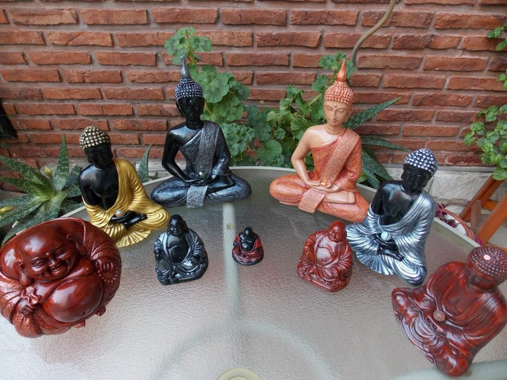 Con Buda Bola en caoba - altura: 16 cm, Buda tibetano #4 en dorado y negro - altura: 21 cm, Buda Gordo #2 en peltre y negro - altura: 10 cm, Buda tibetano #5 en negro y peltre - altura: 28 cm, Buda Gordo #1 en caoba y negro - altura: 6 cm, Buda Gordo #2 en caoba - altura: 10 cm, Buda tibetano #5 en piel oscuro y cobre - altura: 28 cm, Buda tibetano #4 en peltre y negro - altura: 21 cm y Buda tibetano #3 en caoba - altura: 17 cm.