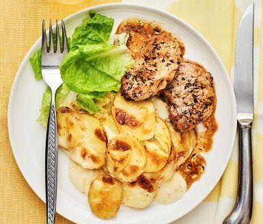 En mör och saftig fläskfilé med gyllene stekyta som serveras med en krämig potatisgratäng som gräddats i ugnen till perfektion. Detta är en festlig, delikat och lättlagad rätt som sätter guldkant på vardagen. Garnera med krispig romansallad och avnjut med en god dryck. Smaklig spis.