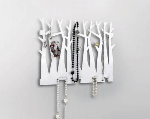 Lekker og dekorativ smyggeknagg som henges på veggen. Formet som en skog med masse trær, der tre søte fugler sitter innimellom trærne. Denne er hele 32 cm bred, så her får du plass til alle dine favorittsmykker. Knaggen er dekorativ både med og uten smykker.Designet av Joel Yatscoff ... str: 34 x 28 x 2 cm... materiale: farget metal