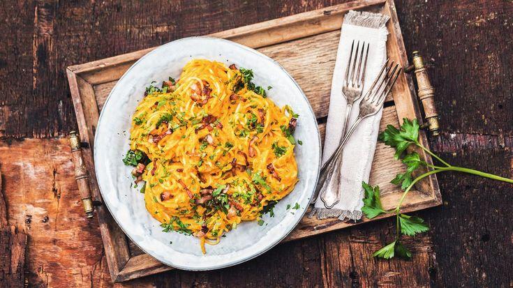 Dýni sice máme spojenou spíše spodzimem, aleproč seomezit jennaobligátní říjnovou polévku, když znímůžeme vařit pocelou zimu? Zkuste jitentokrát vkrémové omáčce našpagety. Sesýrem ačesnekem jetotiž skvostná!