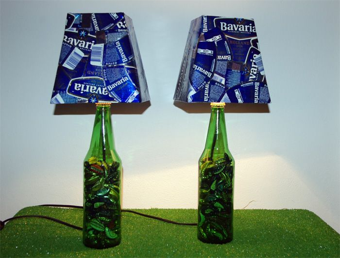 Parola d'ordine riutilizzare in modo creativo: questo è il motto di queste lampade. Realizzate su delle bottiglie di birra, sono state successivamente riempite con tappi sempre di birra e infine i paralumi sono rivestiti con le etichette delle bottiglie accuratamente asportate da ogni bottiglia. Proprio per questo risponde perfettamente ai requisiti dell'ECO-DESIGN. #lamp #lampada #wood #legno #vintage #design #upcycling #recycling #lighting #illuminazione