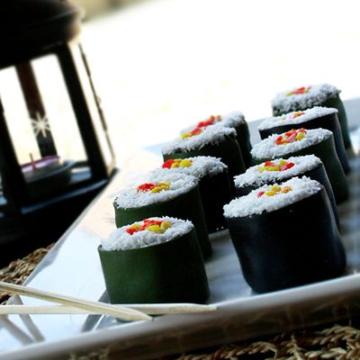 How to Make Mini Sushi Cakes. Perfect for a japanese-inspired party. #ninja #sushiroll #candysushi