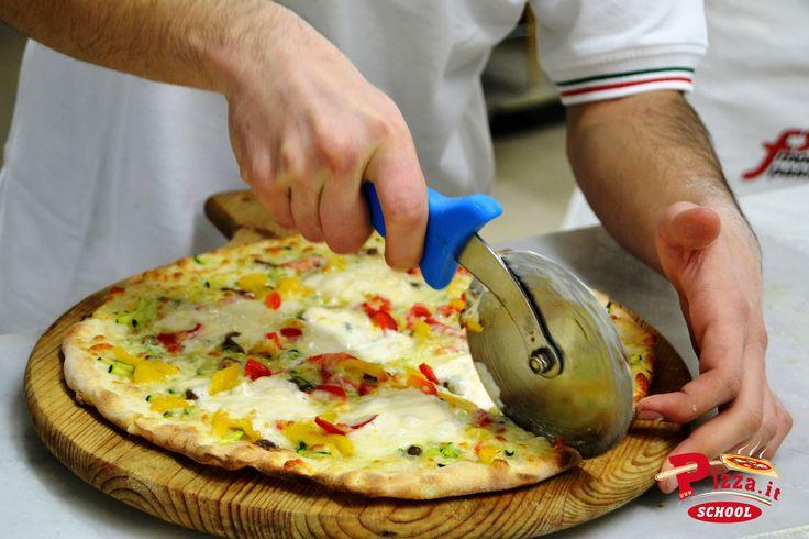 L'allievo Alessandro Moscatelli ha sfornato una pizza con peperoni, zucchine, porcini, alici e crema ai quattro formaggi.  #PizzaItSchool