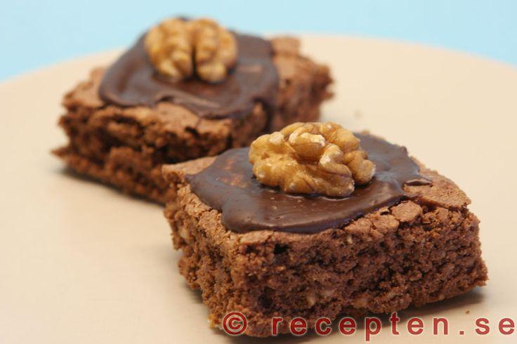 Brownies - amerikanska chokladrutor - Brownies är mycket goda sega chokladrutor som du enkelt gör med detta recept. Smält smör och blanda med kakao. Vispa ägg och socker...