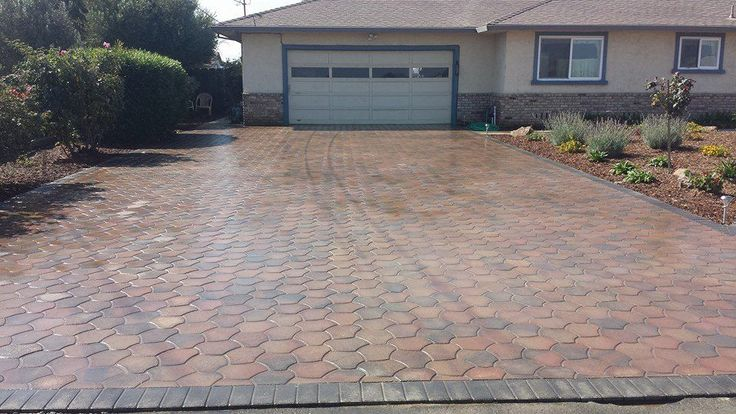 Pacific Interlock's Arizona paver is an archetype of true interlocking pavers. The color used is B10 (brown/charcoal). This stunning installation was done by Solis Landscape and Construction.