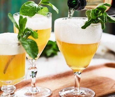 Fira med en festlig mousserande clementinsorbet. Slå på ett gott mousserande vin på den friska citrussorbeten och kalaset kan börja. Den guldgula sorbeten är också en fin avslutning serverad som en lätt dessert.
