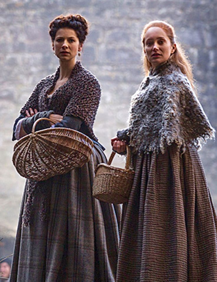 Claire wearing a chunky knif shawl, Geillis wearing an interesting felted cape | Outlander S1bE10 'By the Pricking of My Thumbs' on Starz | Costume Designer TERRY DRESBACH || Outlander-Italy.com