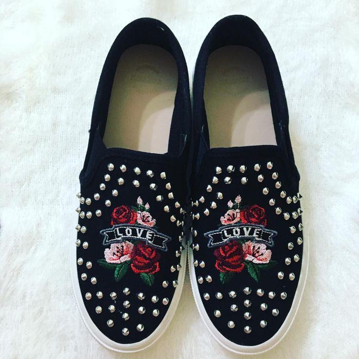 "34 curtidas, 1 comentários - Vanessa Catrib (@vanessacatribblog) no Instagram: ""Rock in Roll 🤘🏻 #estiloso #lindo #amei #rockinroll #fashion #pullandbear #spikes #bordado #moda…"""