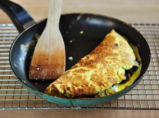 Breakfast Recipe: 3-Egg Omelet with Quinoa, Sun-Dried Tomatoes, Spinach, and Goat Cheese — Recipes from The Kitchn