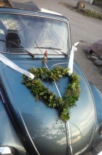 Autoschmuck für eine Hochzeit,  einfach aus Draht die Form biegen und anschließend mit Hilfe von Wickeldraht mit verschiedenem Grün umwickeln z. B.  Efeu, Pistazie, Mühlenbeckie...