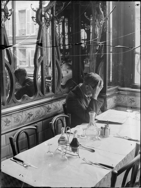 Au restaurant Chartier, Paris, 1928, André Kertész.