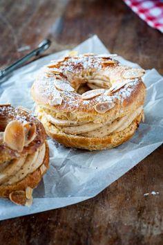 PARIS-BREST (Pâte à choux : 2 oeufs (115 g pour être exacte), 60 g de farine, 50 g de beurre, 55 g d'eau, 55 g de lait, 1 pincée de sel, 1 c a c de sucre) (Crème au beurre : 1 oeuf, 1 jaune d'oeuf, 90 g de beurre, 25 g d'eau, 65 g de sucre en poudre, 4 c à s de praliné)