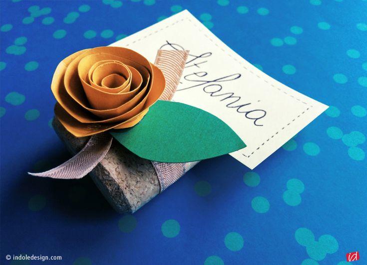 Segnaposto con i tappi di sughero e fiore di carta fatto a mano - Indole Design