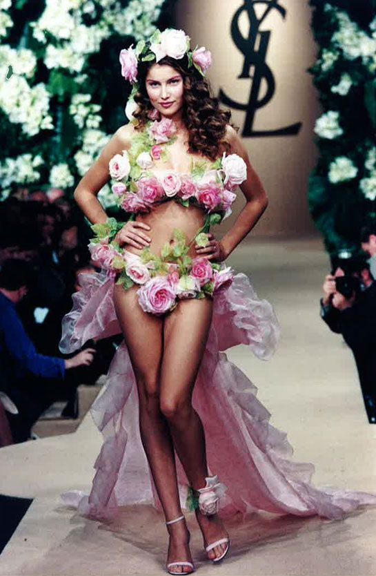 Laetitia Casta au défilé Yves Saint Laurent printemps-été 1999 http://www.vogue.fr/mode/cover-girls/diaporama/les-plus-beaux-looks-de-podium-de-laetitia-casta/7839/image/518485