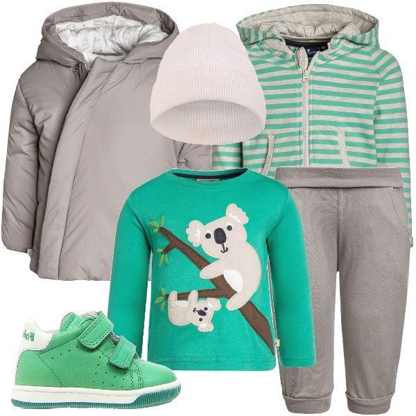 La maglietta a manica lunga verde menta, che ha come protagonisti due simpatici koala su un ramo, e i pantaloni grigi sono di cotone certificato. La felpa a righe con cerniera ha comode tasche. La giacca con cappuccio ha un'originale chiusura e il berretto bianco copre bene le orecchie. Ai piedi le sneakers alte verde chiaro.