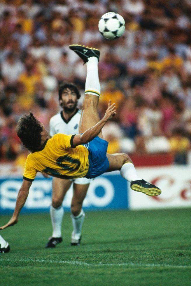 Zico se vuelca en el area de Nueva Zelanda en la Copa Mundial de 1982