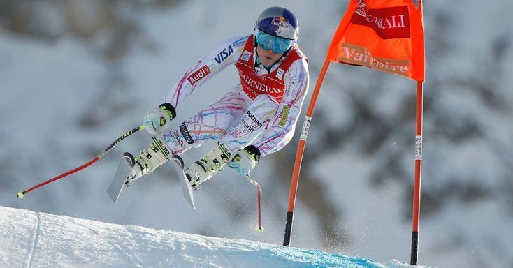 Esquiadora americana Lindsey Vonn salta durante sessão de treinamento da Copa do Mundo de Esqui Alpino FIS em Val d'Isere (França)