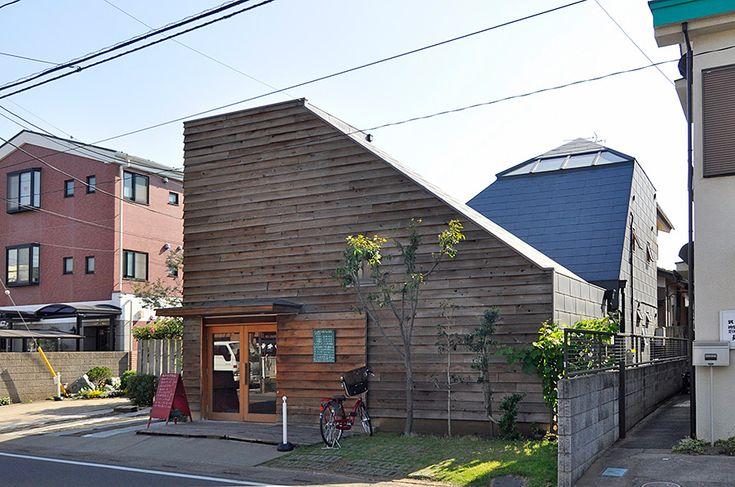山小屋のような板張りのこのパン屋さんは7年ほど前に開業した。その後ろには中村邸が見える。