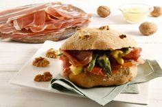 Un panino sfizioso e saporito, il panino alle noci con Prosciutto San Daniele, asparagi e maionese al Wasabi. Ideale per una merenda o un pranzo all'aperto. cucchiaio