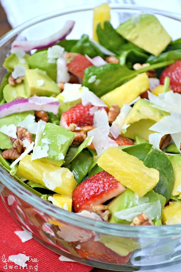 Tropical Spinach Salad with Sweet Lime Vinaigrette... Oh my deliciousness!  lemontreedwelling.com #salad #recipe