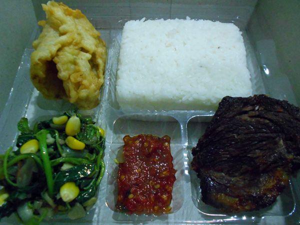 Nasi Kotak Empal Daging - http://cateringsemarang.com/lunch/nasi-kotak-empal-daging/