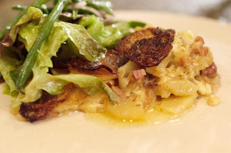 Een tartiflette is een klassiek gerecht uit de Franse Haute-Savoie. Het is een stevige herfstmaaltijd op basis van aardappelen, kaas, spek en witte wijn. Kies middelgrote, vastkokende aardappelen die je in heel fijne plakjes snijdt zoals voor een gratin. Je kunt veel soorten kaas gebruiken maar hij moet wel veel smaak hebben. Ideaal bijvoorbeeld om de restjes van een kaas- en wijnavond op te maken.