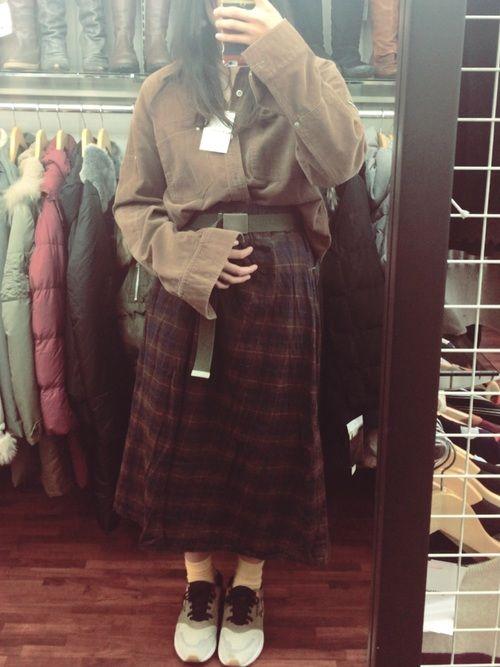 古着屋さんで購入しました メンズのオーバーサイズシャツと 秋色のスカート。 大好きなスニーカーとスカ