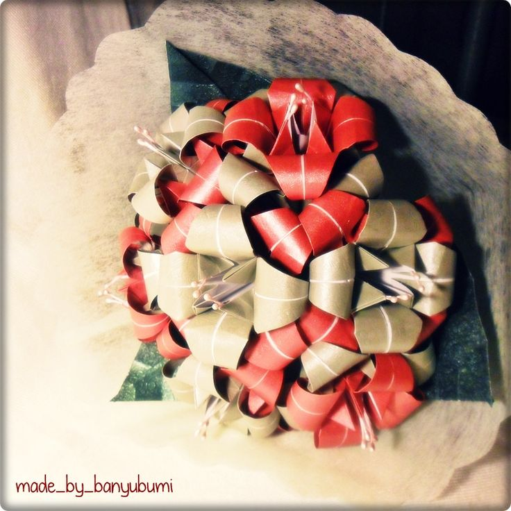 Lily origami bouquet | Red & silver paper | Instagram @made_by_banyubumi | #origami #paperfolding #origamiflower #bouquet #flower #handmade #DIY #origamiwork