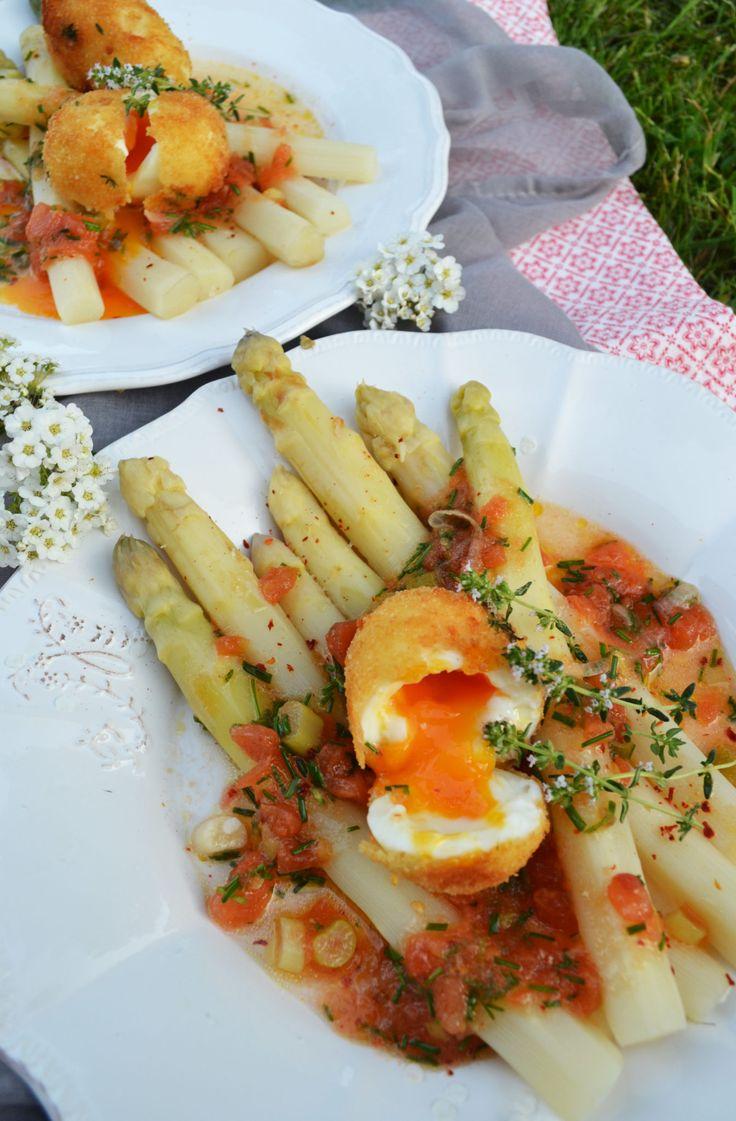 Warmer Frühlingsabend-Genuss! Spargelsalat mit Tomatenvinaigrette und gebackenem Ei