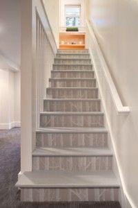 escalier peint en gris
