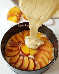 Şeftalili Kek Tarifi için Malzemeler 125 gram oda sıcaklığında yumuşamış tereyağı 4 adet yumurta Yaklaşık 1,5 su bardağı toz şeker 1 su bardağı süt 1 paket vanilya