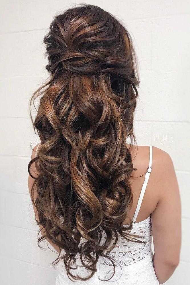 25 + › hochzeitsfrisur trends volumen halb hoch halb runter mit locken auf langen haaren und te …